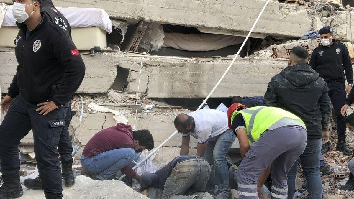 Menschen werden aus eingestürzten Gebäuden gerettet.