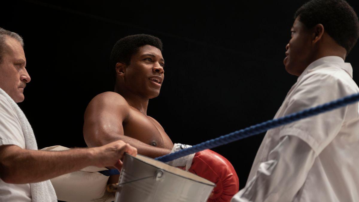 """Filmstill aus """"One Night in Miami"""" zeigt einen jungen Boxer im Ring."""