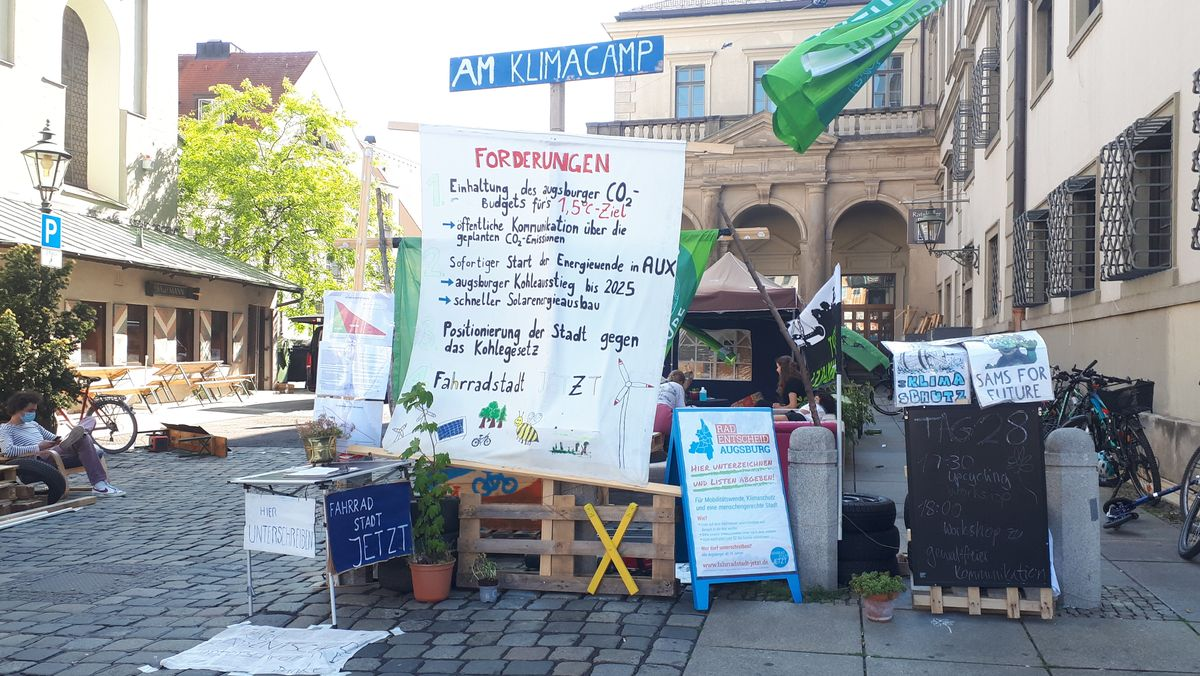 Auf Plakaten sind die Forderungen von Klimaaktivisten zu lesen.
