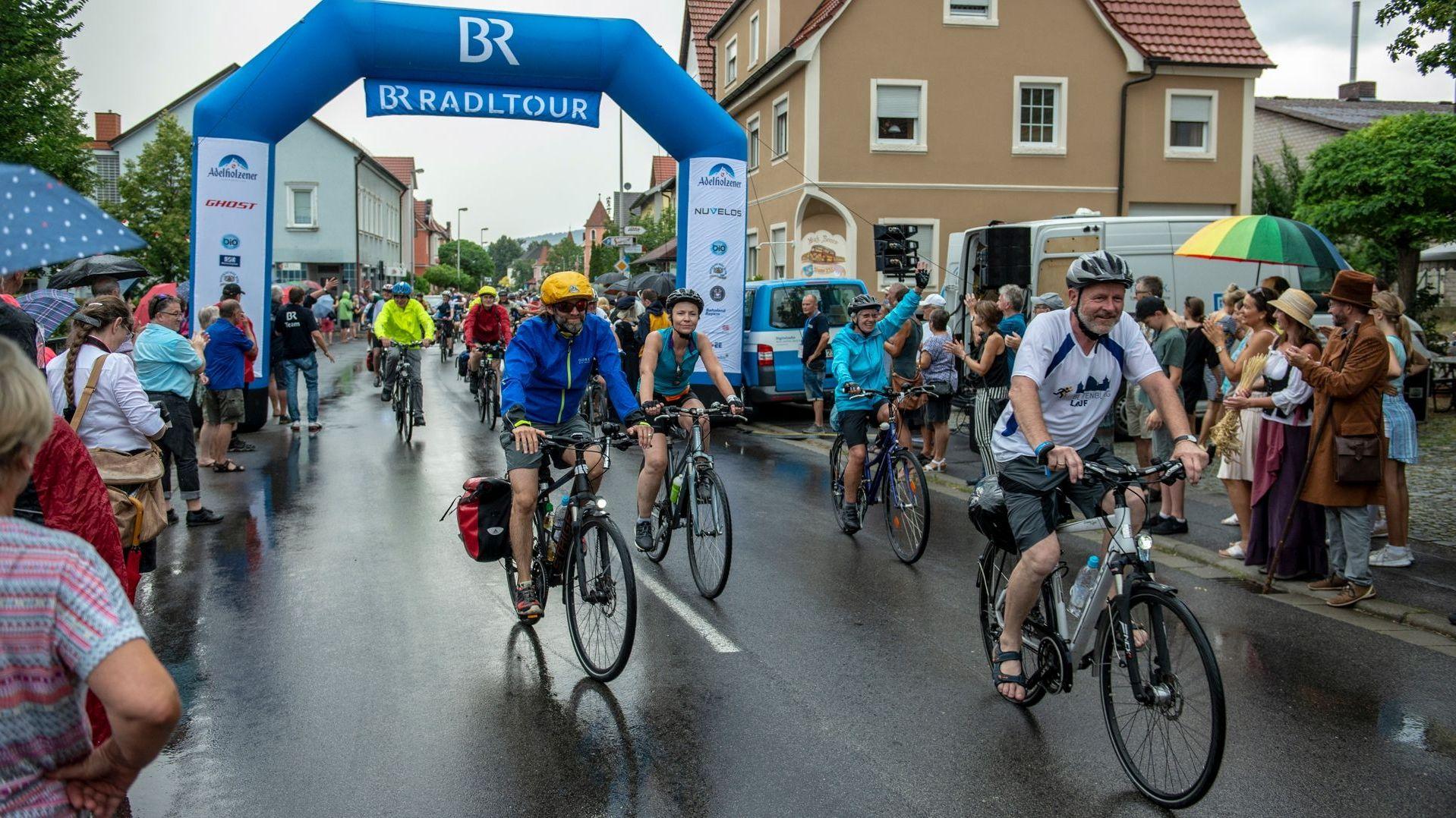 Teilnehmer der BR-Radltour kommen in Bad Staffelstein an