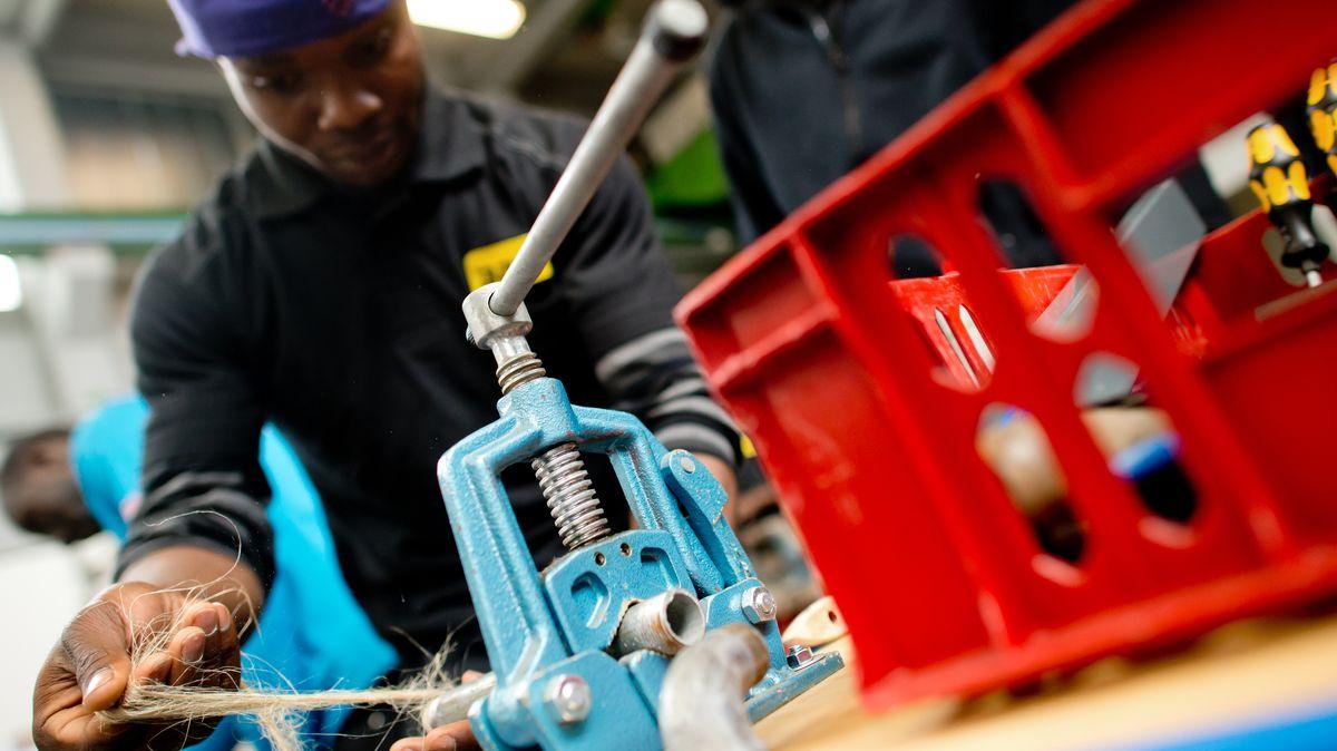 Ein Flüchtling arbeitet in der Lernwerkstatt auf dem Gelände der Bayernkaserne unter professioneller Anleitung an einem Werkstück