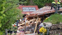 Nach der Explosion eines Hauses in Rettenbach ist eine schwer verletzte Frau geborgen worden. Ihr Kind und ihr Mann werden  vermisst. | Bild:News5
