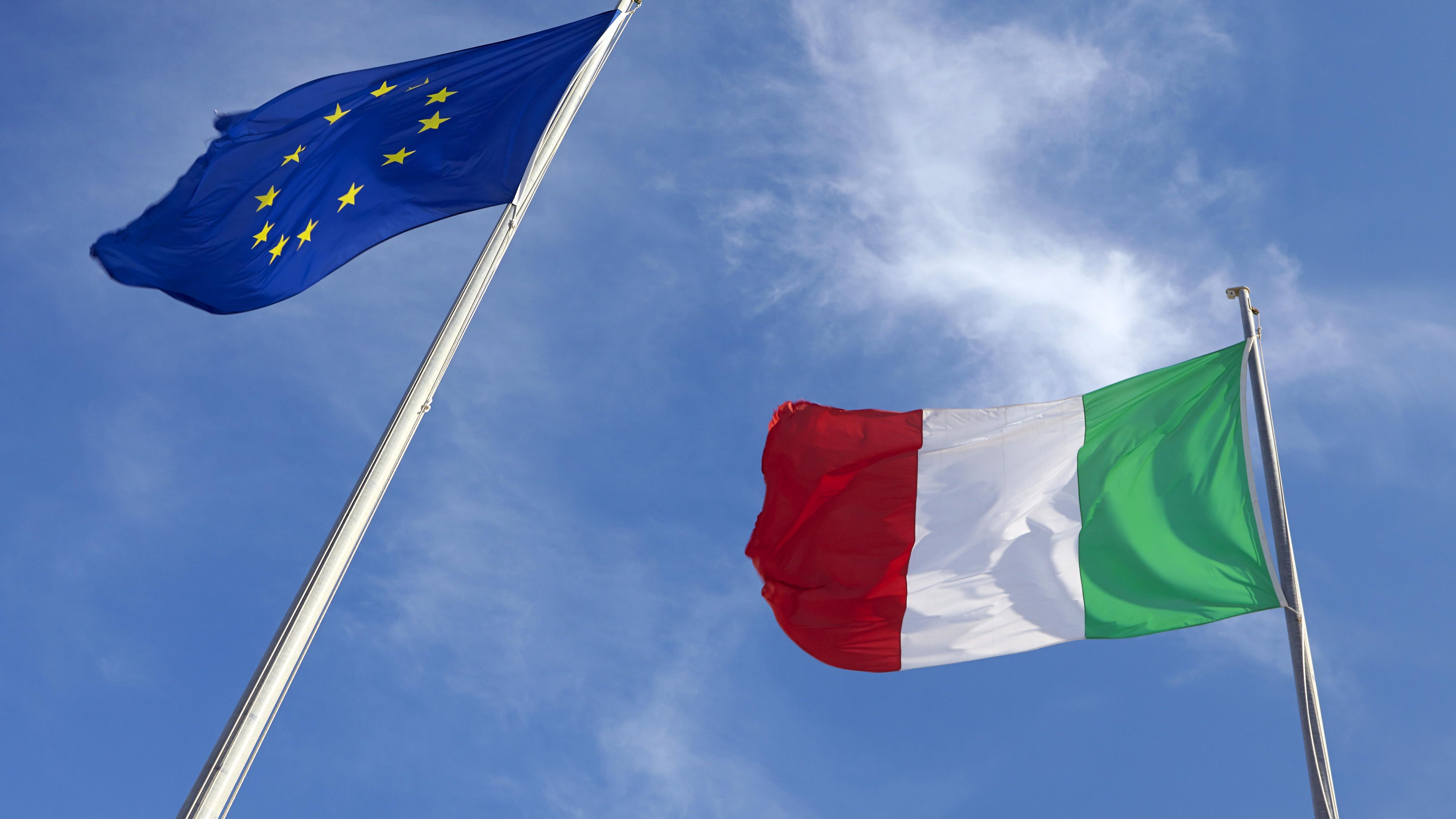 EU-Flagge neben der italienischen Flagge