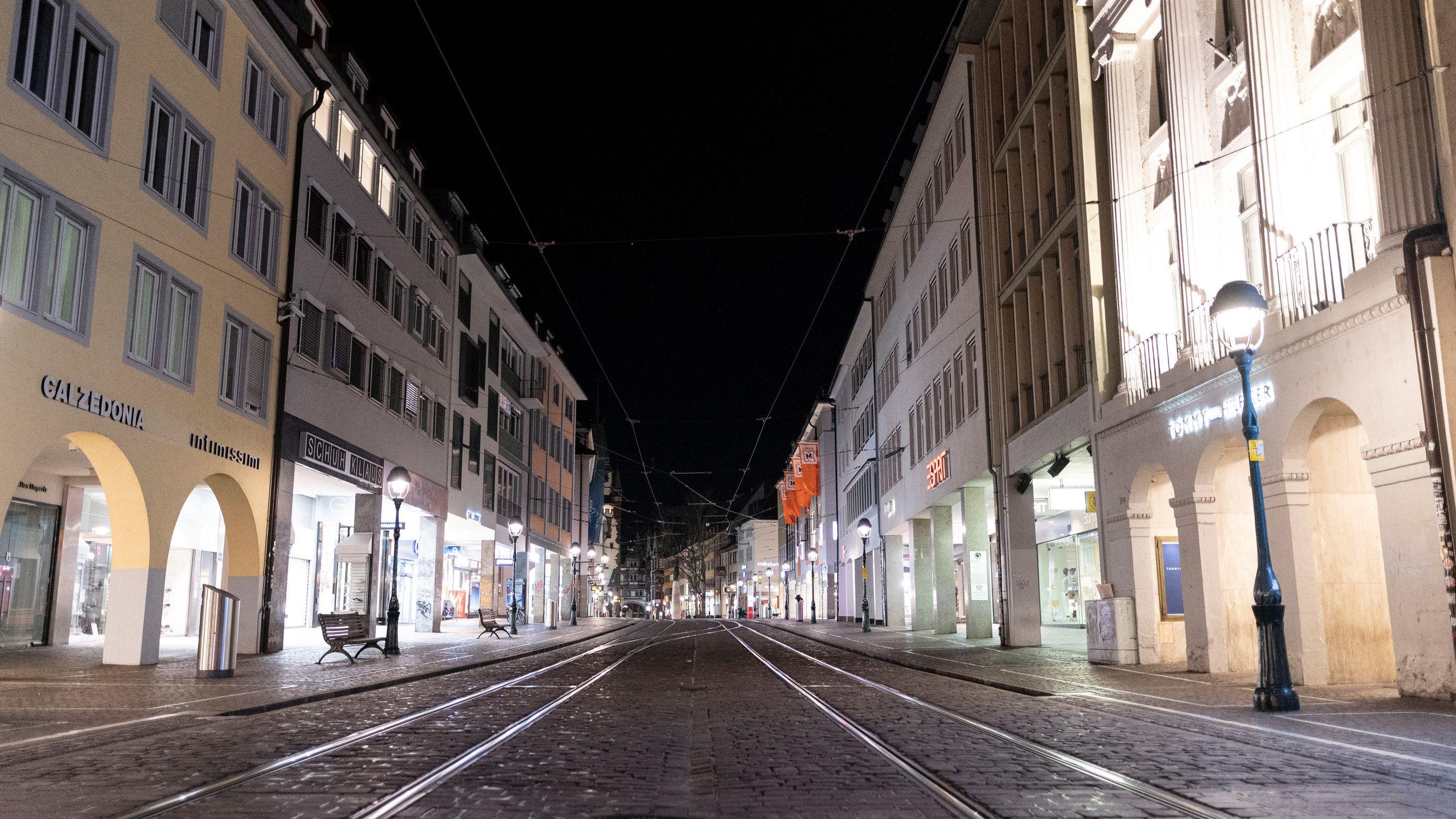 Menschenleere Fußgängerzone in der Freiburger Innenstadt.