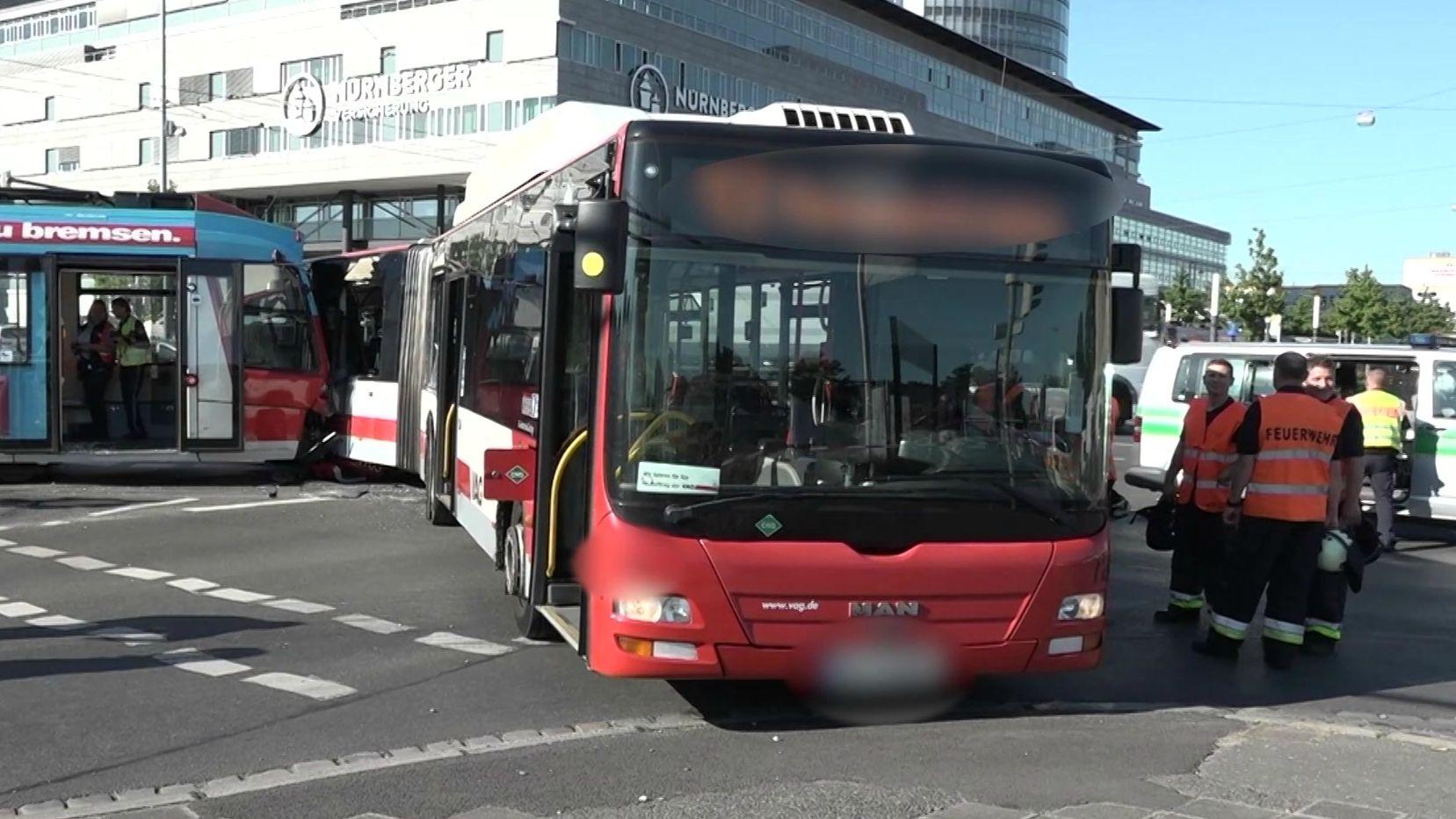 Unfall in Nürnberg - eine Straßenbahn krachte in einen Linienbus
