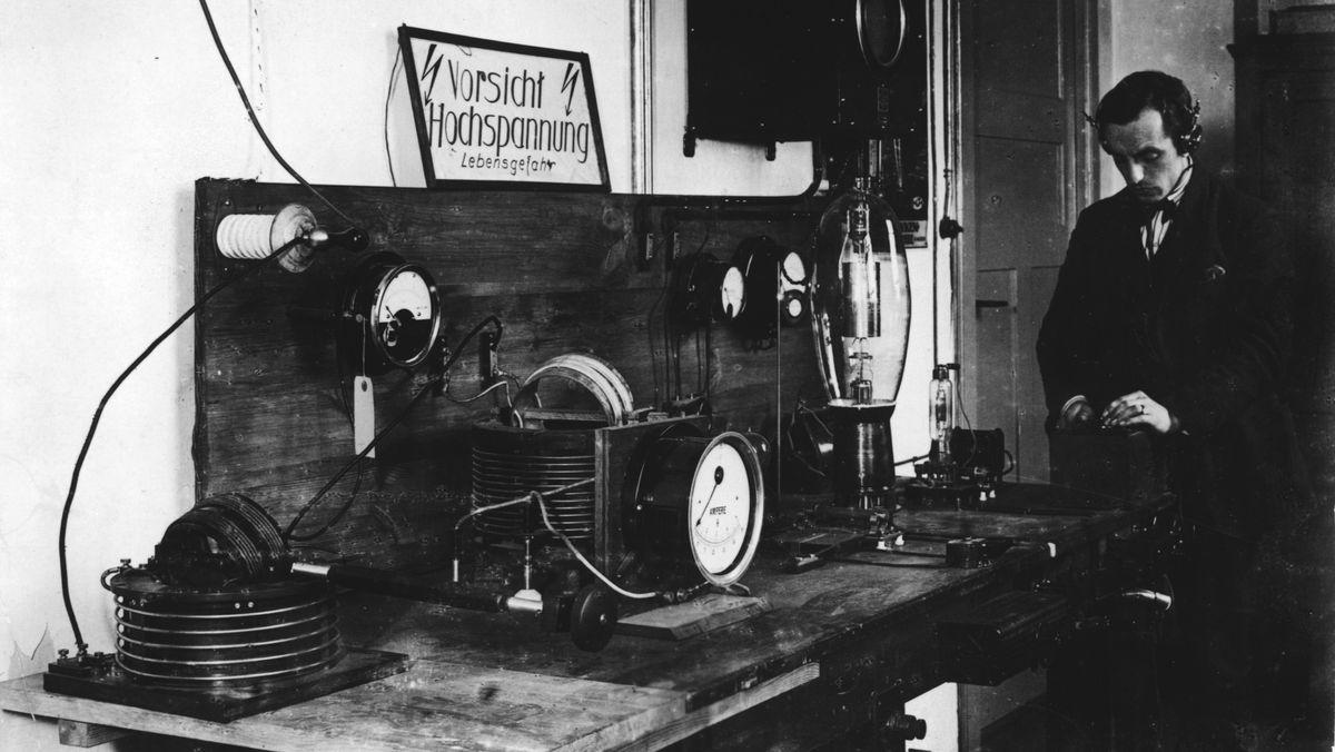 Radio: Hochspannungsraum für Tontechnik des Rundfunksenders Funkstunde AG im Voxhaus in der Potsdamer Straße in Berlin im Jahr 1924.