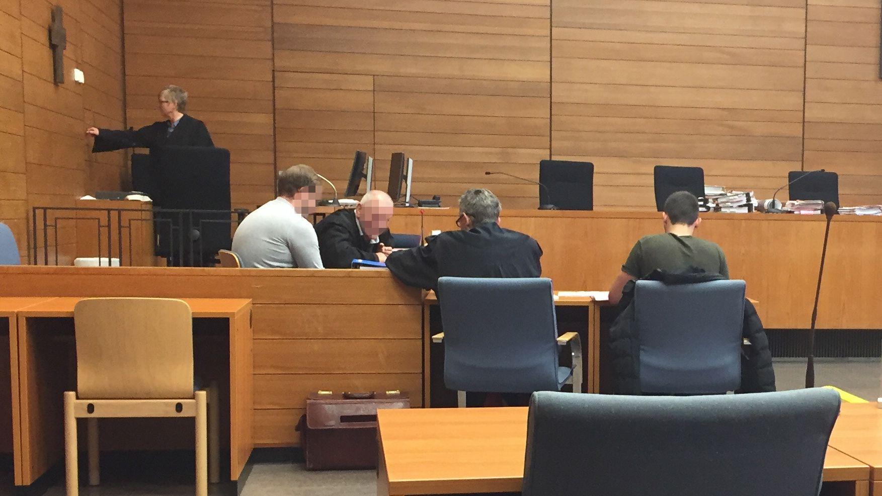 Der Berufungsprozess um tödlichen Samerberg-Unfall dauert an. Im Bild: Die beiden Angeklagten mit ihren Anwälten.