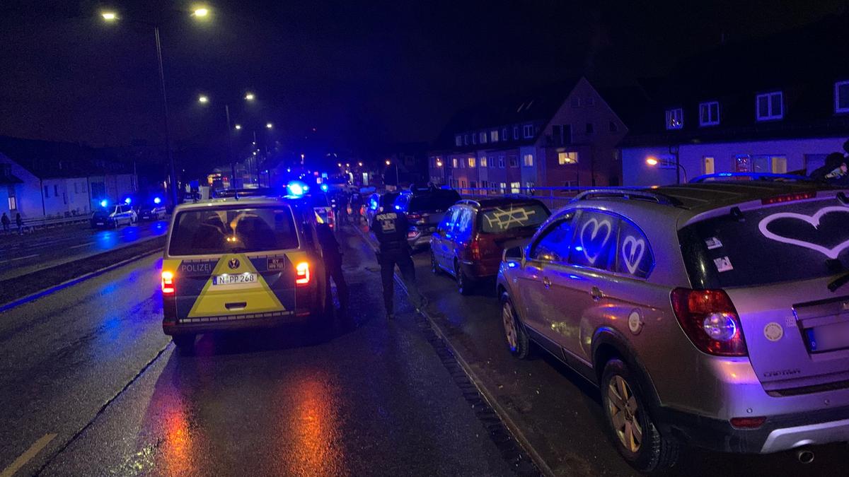 Gestoppte Autos von Corona-Gegner auf der Jansenbrücke in Nürnberg