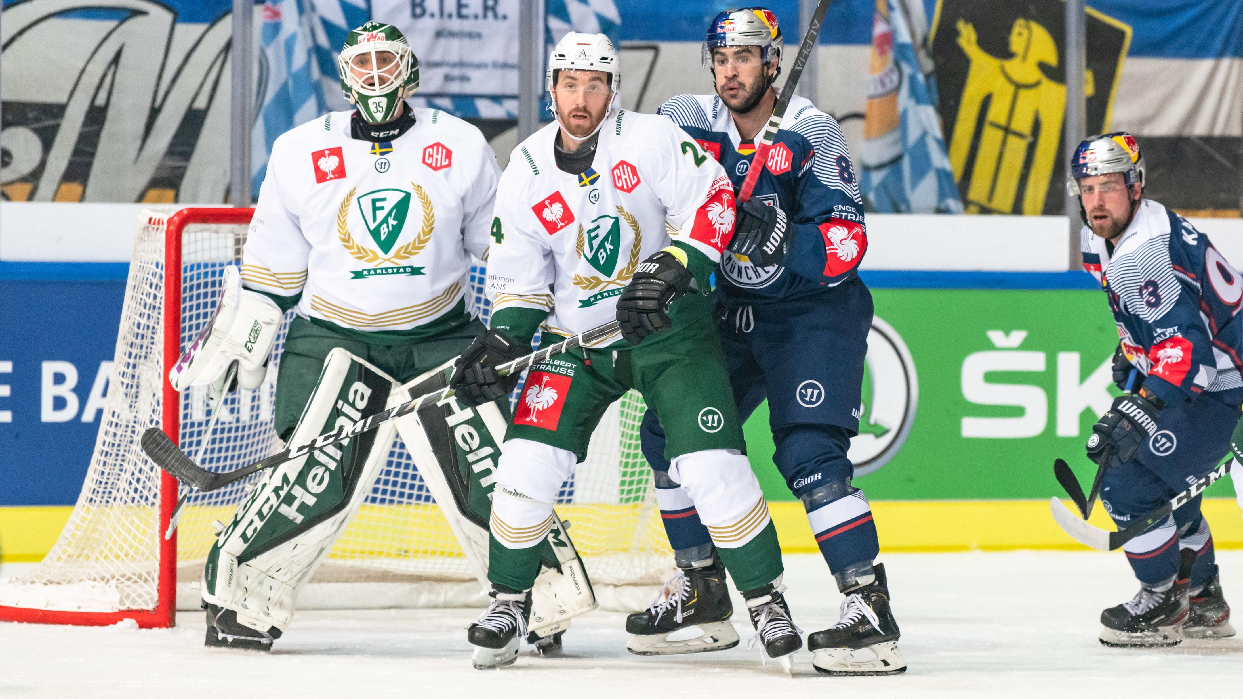 Jonathon Blum (Faerjestad), Trevor Parkes und Maximilian Kastner (beide EHC Muenchen) vor dem Tor von Markus Svensson (Faerjestad).