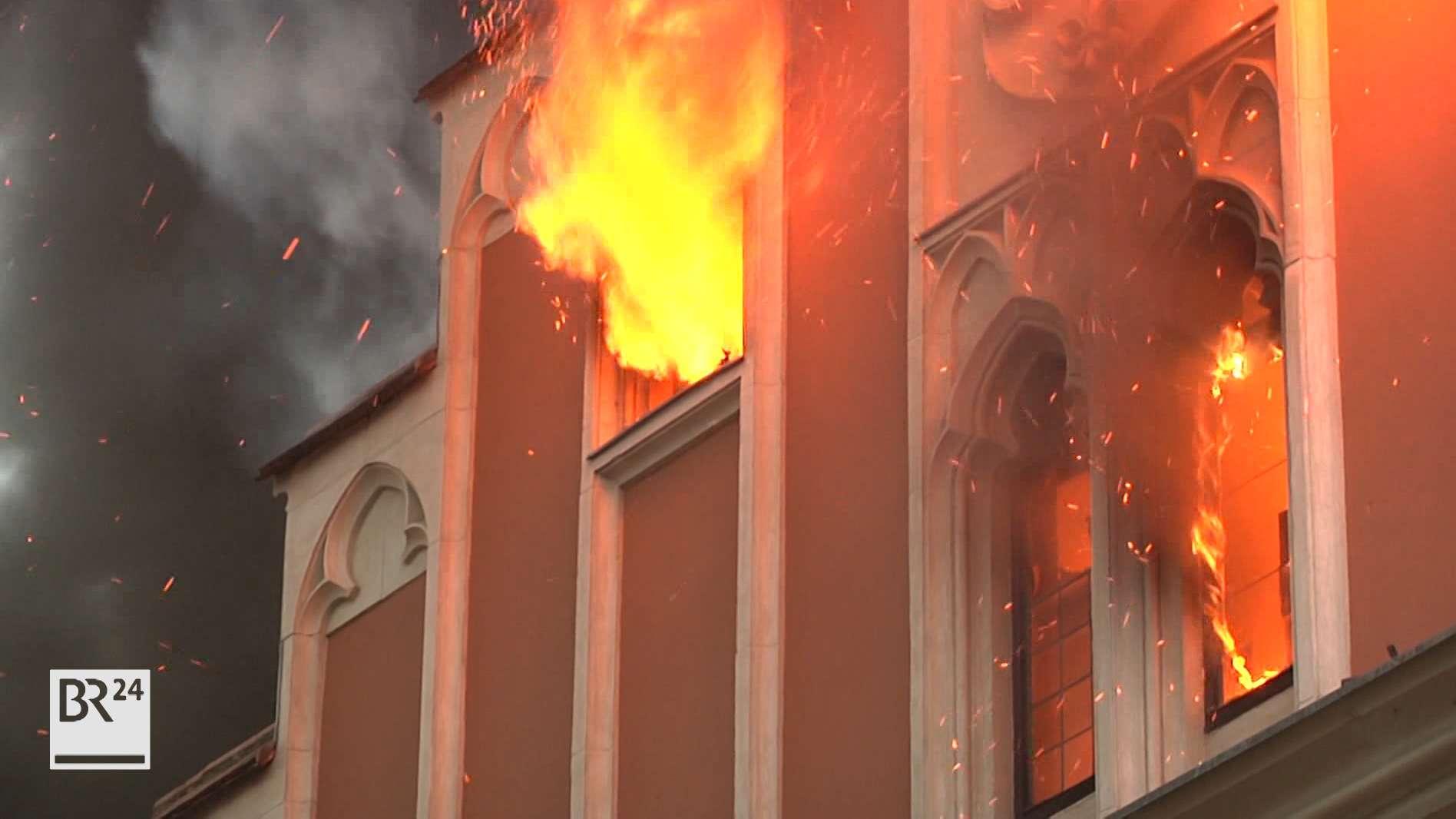 Nach dem Brand in der Pariser Kathedrale Notre-Dame werden auch in Bayern böse Erinnerungen wach. In Straubing brannte 2016 das alte Rathaus.