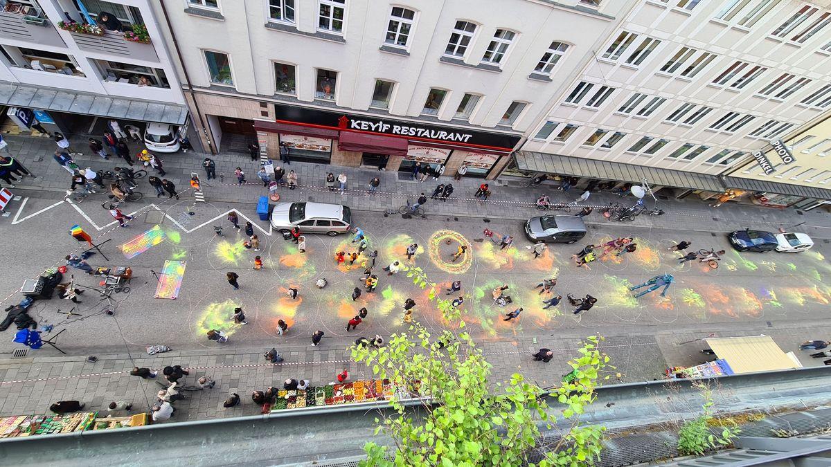 Die gesperrte Kapuzinerstraße von oben mit Musikern und Zuschauern bei einem Konzert des Kulturlieferdienstes