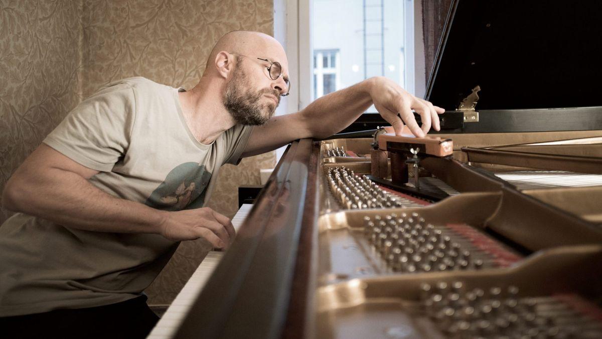 Jazzpianist Kari Ikonen installiert das Maqiano auf seinem Flügel