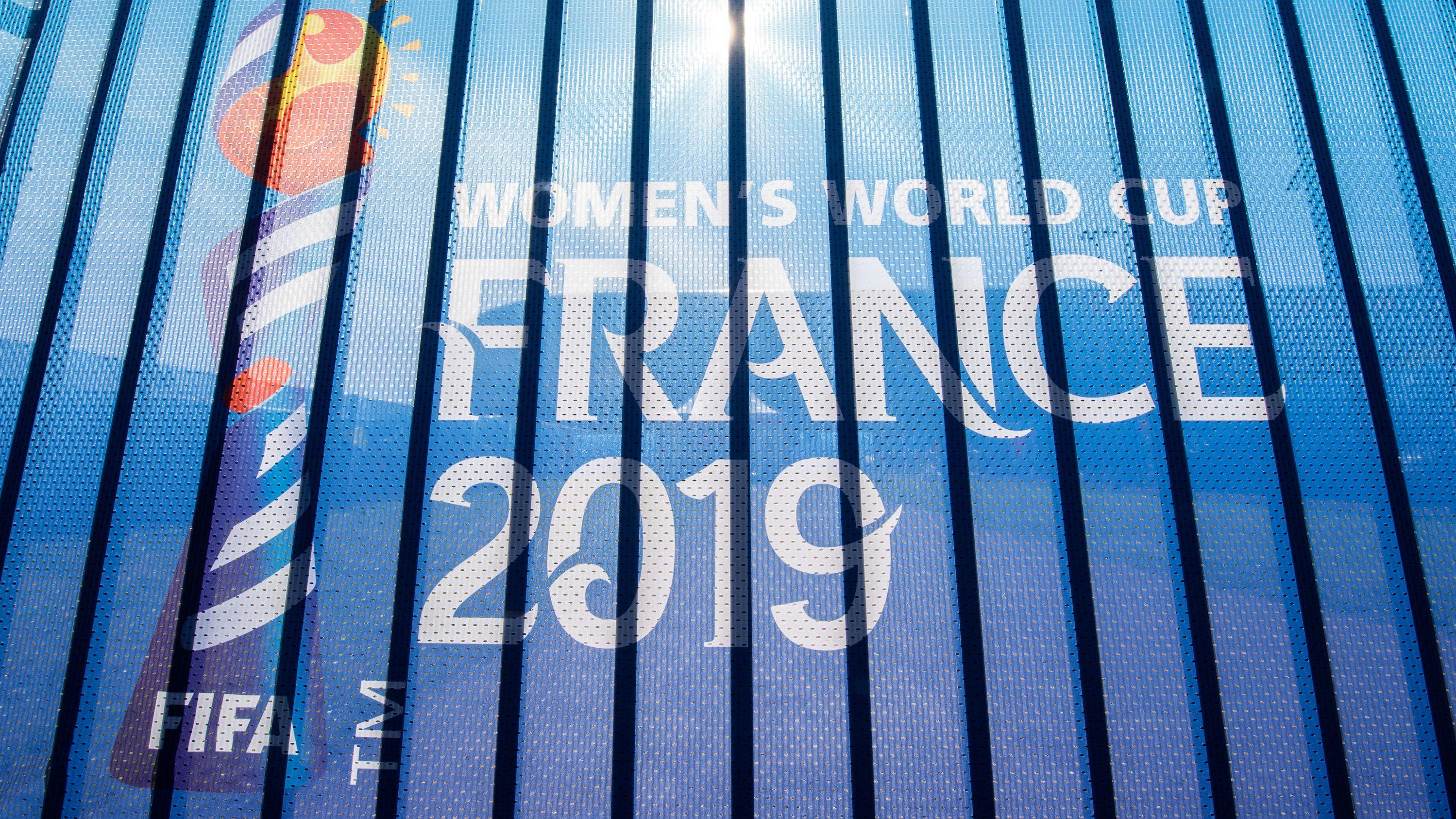 """""""Fifa Women's World Cup France 2019"""" steht vor dem Stade du Hainaut auf einem Zaun"""