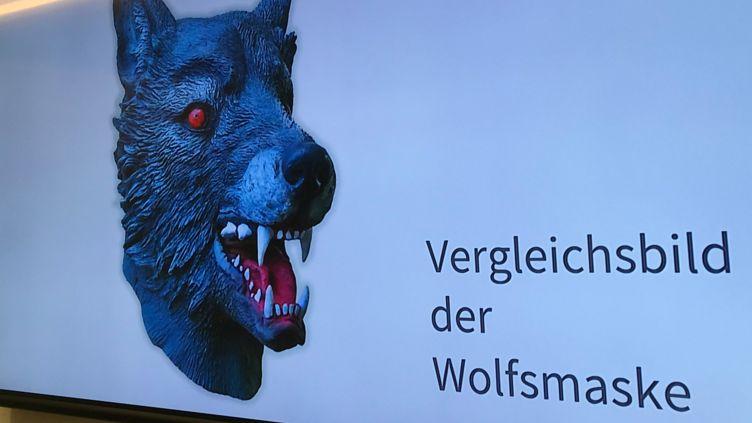 Auf einem Bildschirm im Polizeipräsidium wird ein Vergleichsbild einer Wolfsmaske präsentiert.