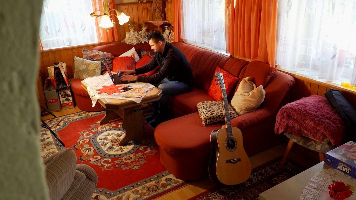 Bild von Lukas Bezdek in einem Wohnzimmer