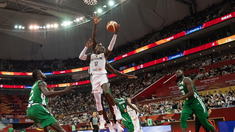 Basketball-WM in Shanghai - Deutschland gegen Senegal. Deutschlands Dennis Schröder wirft auf den Korb.