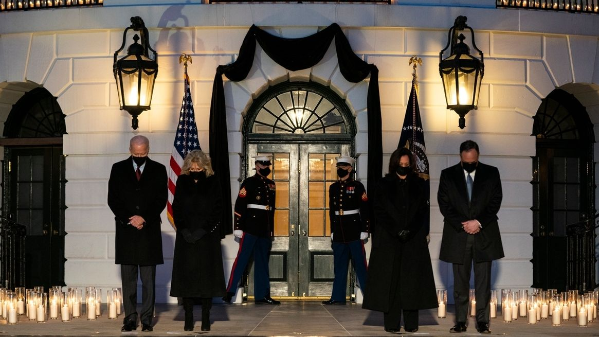 US-Präsident Joe Biden (l-r) mit seiner Frau First Lady Jill Biden und Vizepräsidentin Kamala Harris mit ihrem Mann Douglas Emhoff gedenken mit einer Schweigeminute vor dem Weißen Haus den Opfern der Pandemie.