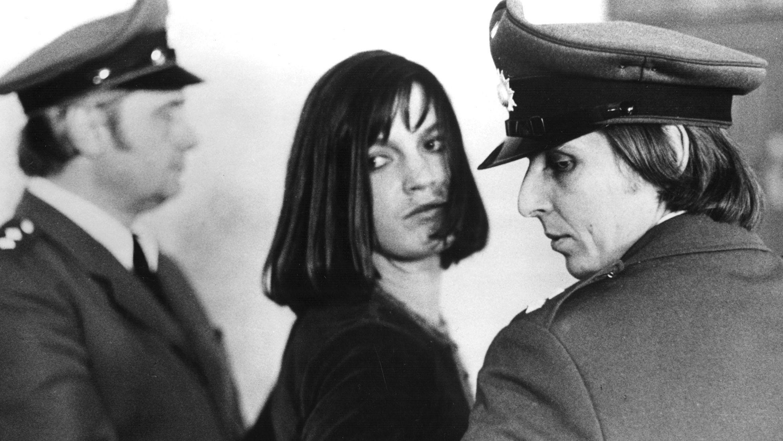 Angela Winkler wird als Katharina Blum von zwei Polizisten abgeführt