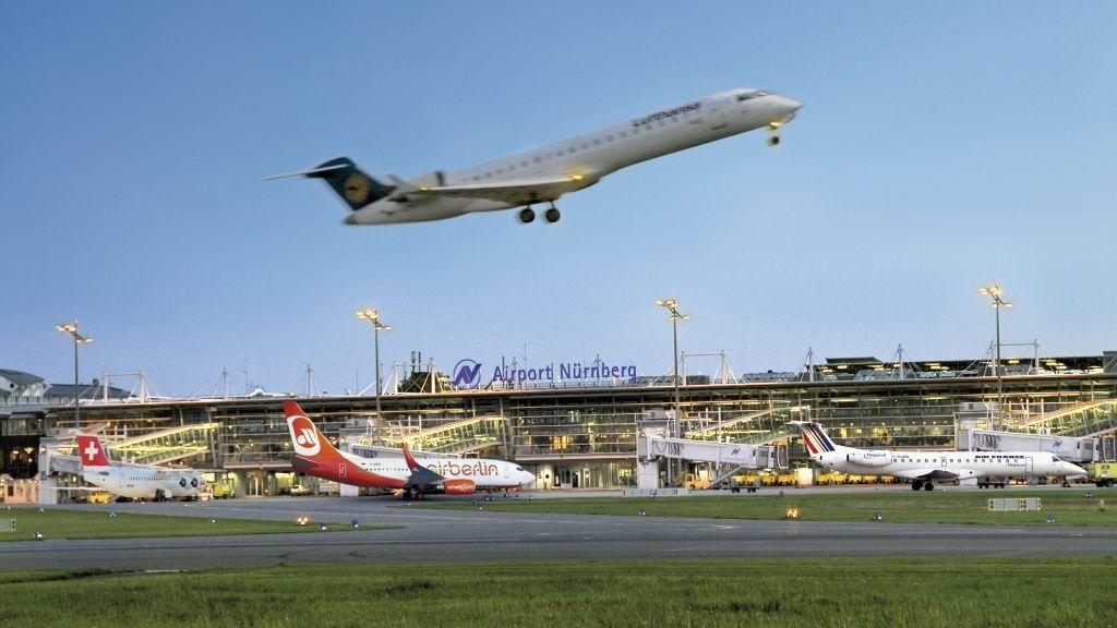 Flugzeug am Airport Nürnberg hebt ab