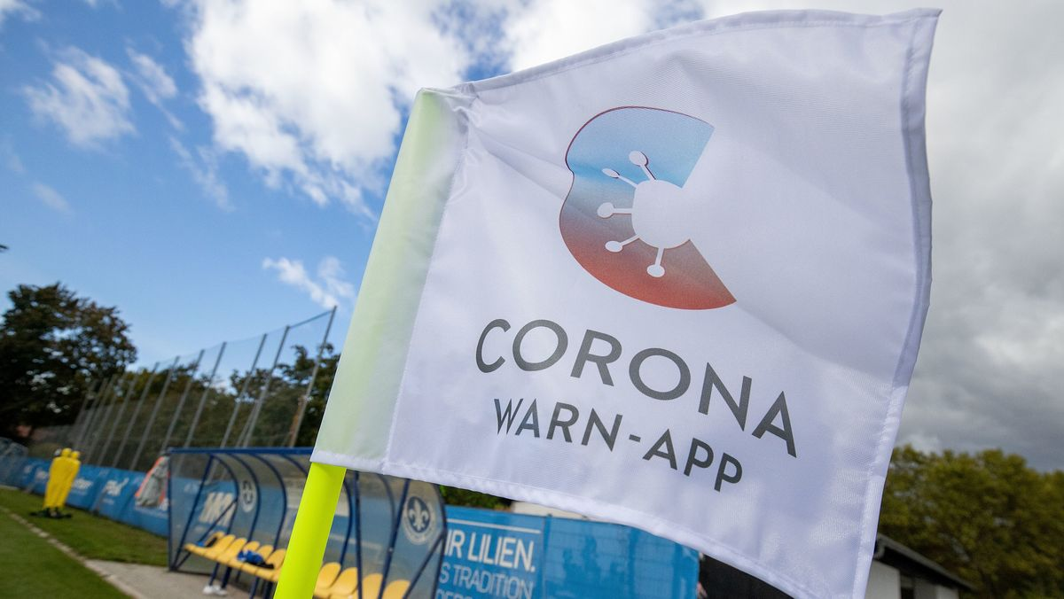 Corona-Warn-App auf Fahne
