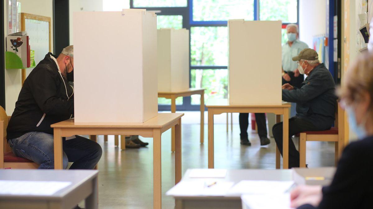 06.06.2021, Sachsen-Anhalt, Wernigerode: Wähler geben in einem Wahllokal bei der Wahl zum neuen Landtag in Sachsen-Anhalt ihre Stimmen ab.