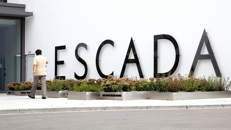 Logo an der Zentrale der Escada AG in Aschheim bei München