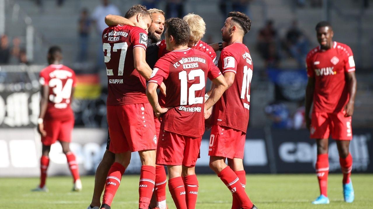 Die Würzburger Kickers jubeln über den Erfolg in Mannheim.