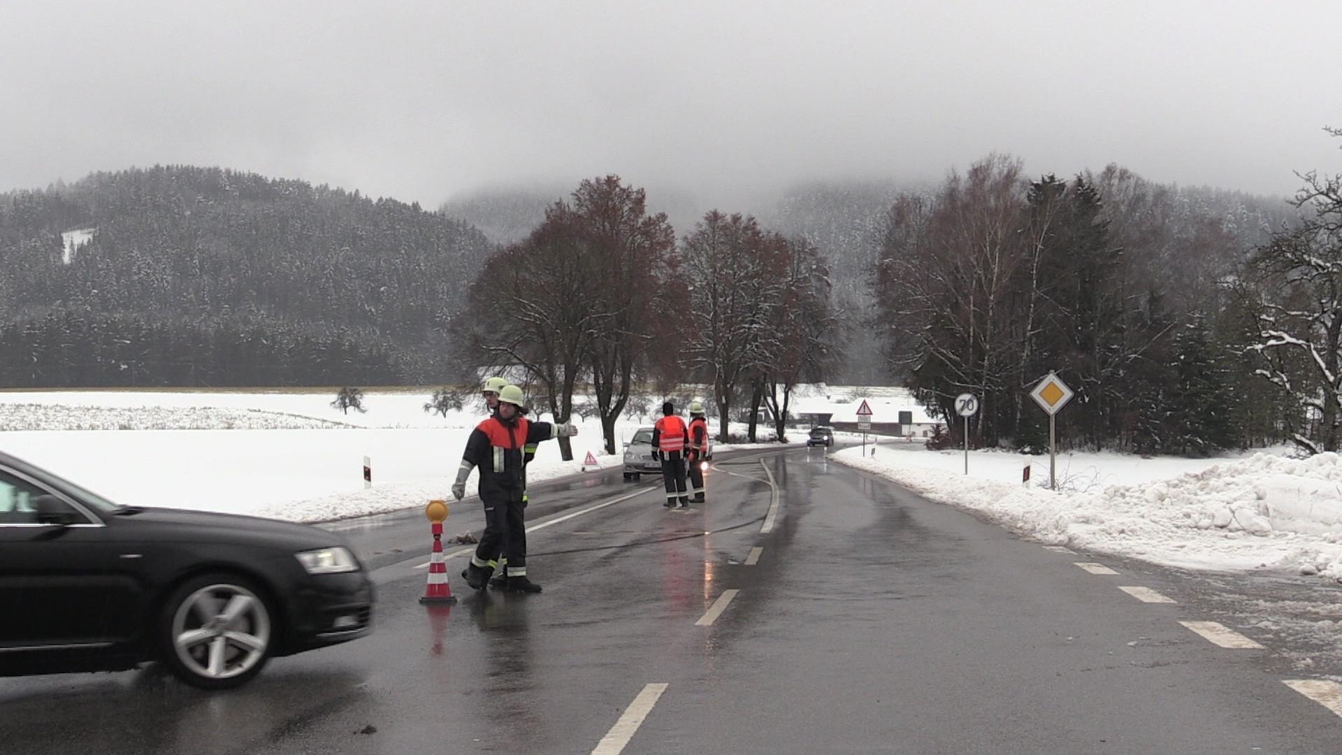 Rettungskräfte leiten Autofahrer in St. Englmar um - immer noch besteht Schneebruchgefahr