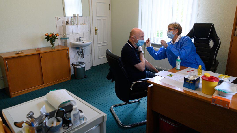 Impfung gegen das Coronavirus bei einer Hausärztin