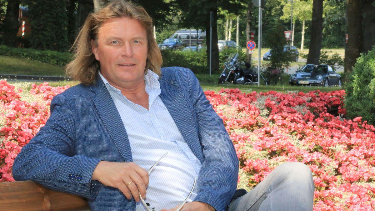Klaus Florian Vogt auf einer Parkbank