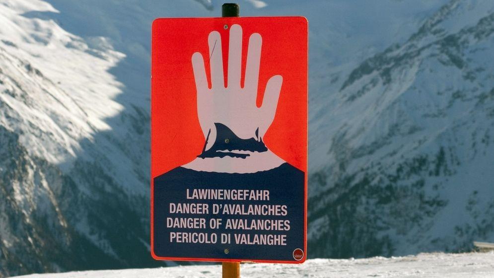 Ein Schild warnt vor Lawinengefahr (Symbolbild).