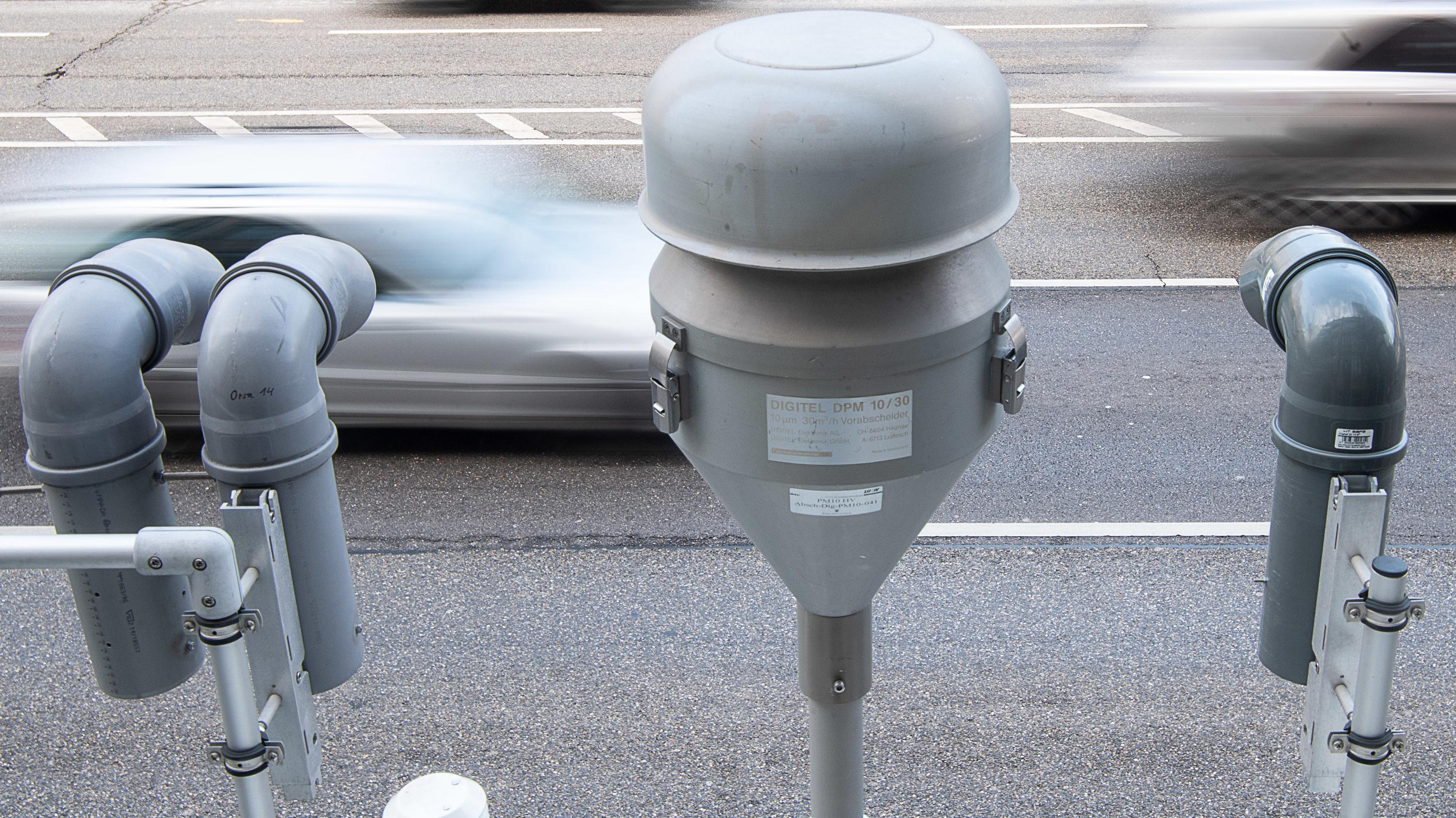Geräte für die Probennahme von Feinstaub und Stickoxiden einer Luftmessstelle in Stuttgart.