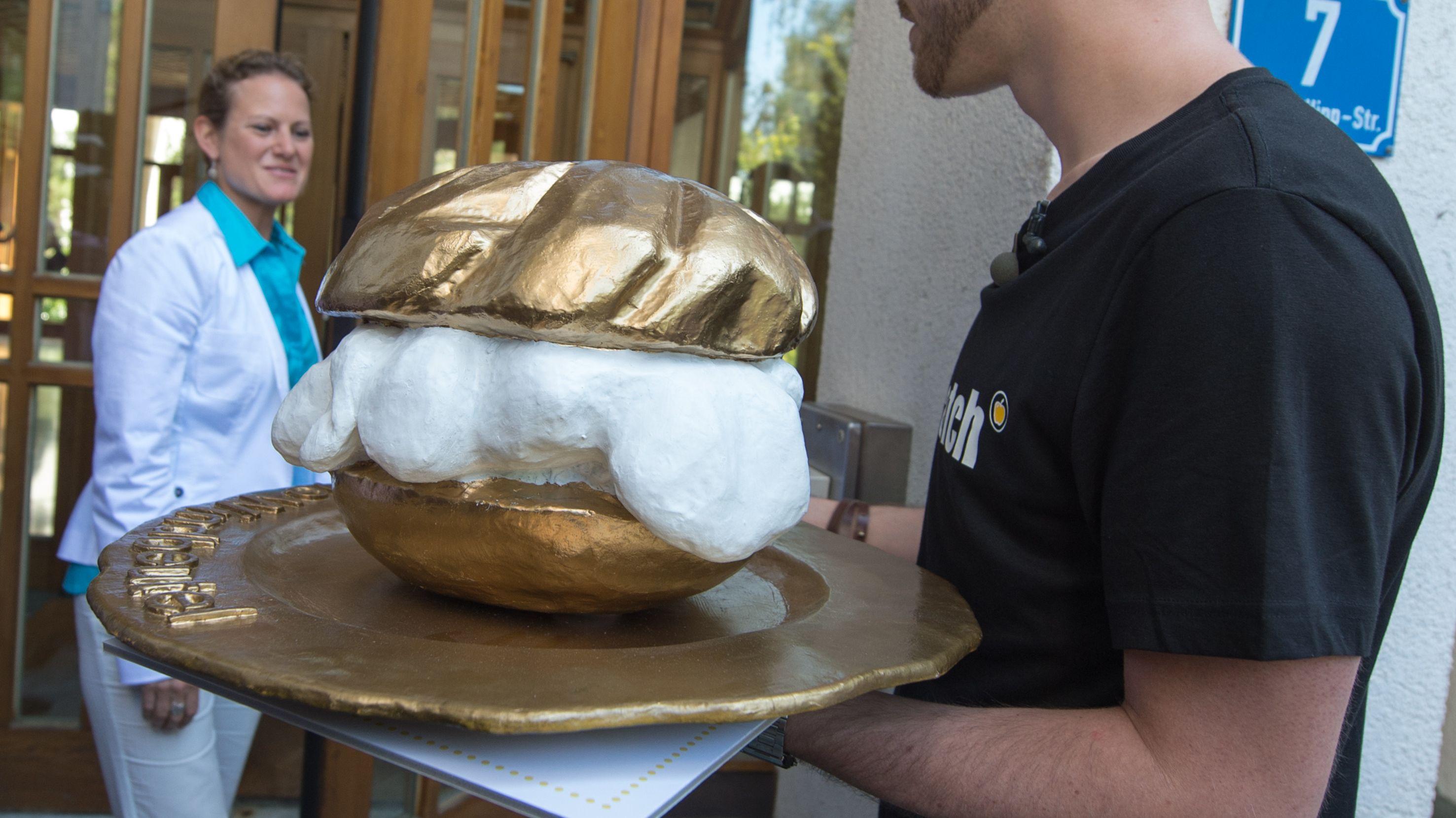 Auf dem Bild sieht man einen goldenen Windbeutel, der an die dreistete Werbelüge vergeben wird.