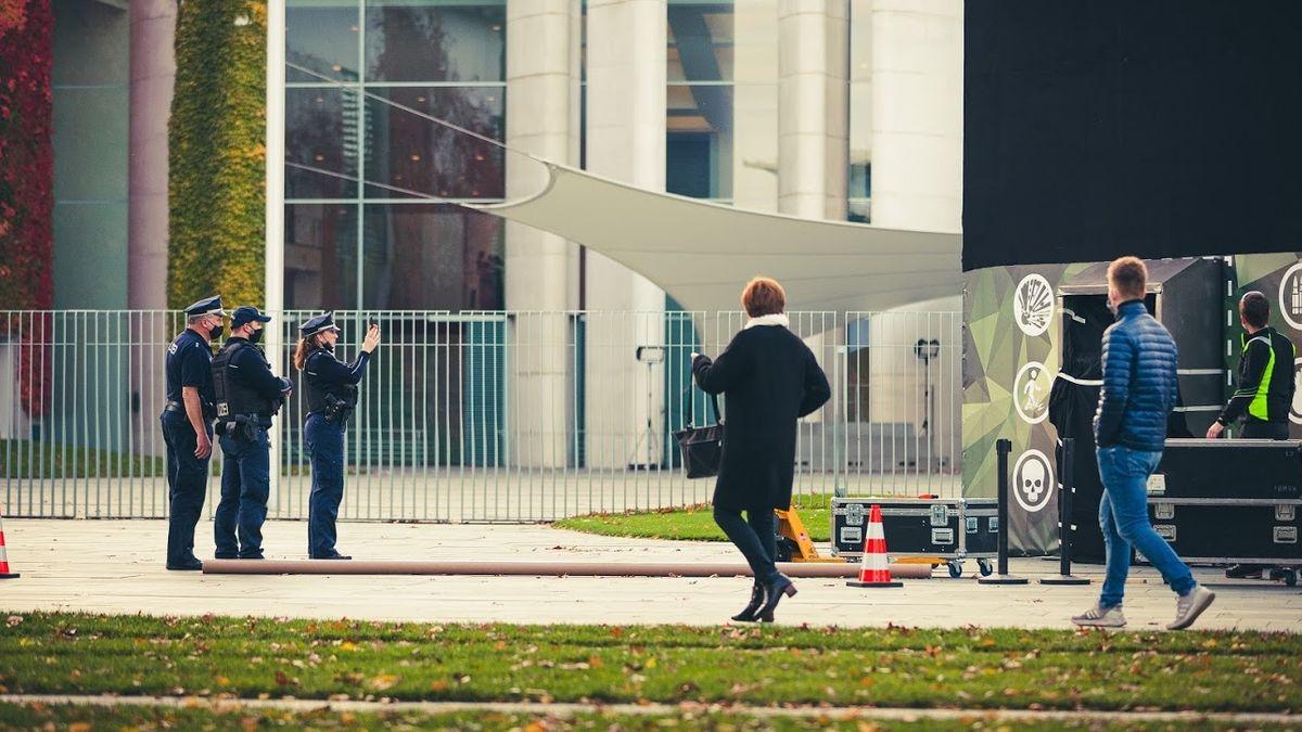 Uniformierte fotografieren vor dem Kanzleramt