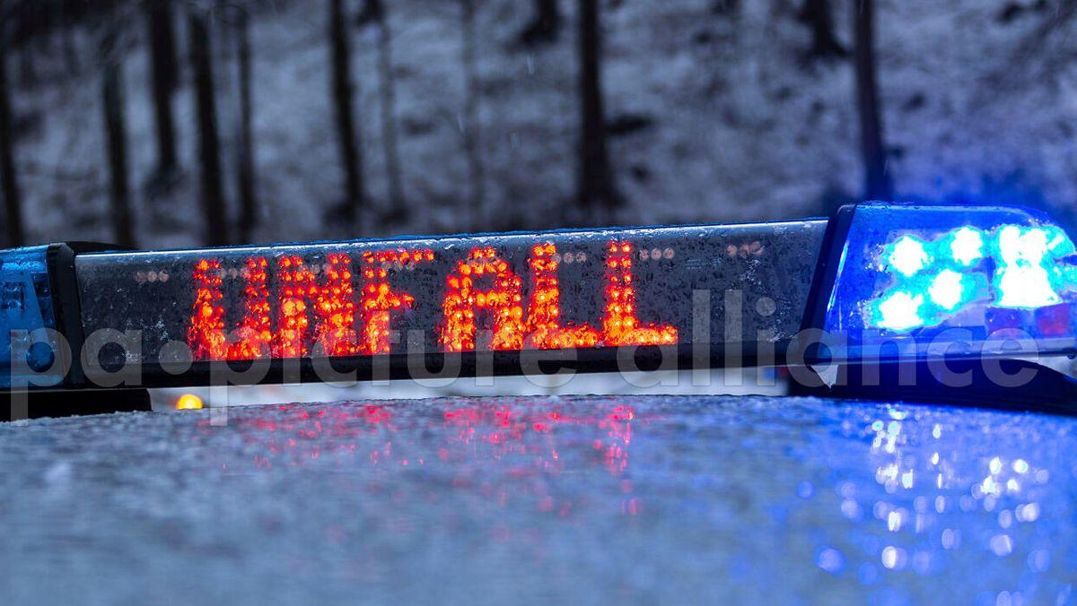 Polizeiwagen mit Unfallschild am Dach und Blaulicht ( Symbolbild)