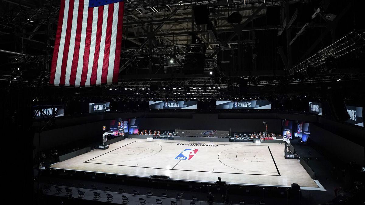 """Ein Basketballspielfeld in Florida ist leer, nachdem das Team """"Milwaukee Bucks"""" aus Wisconsin auf das Spiel verzichtet hatte."""