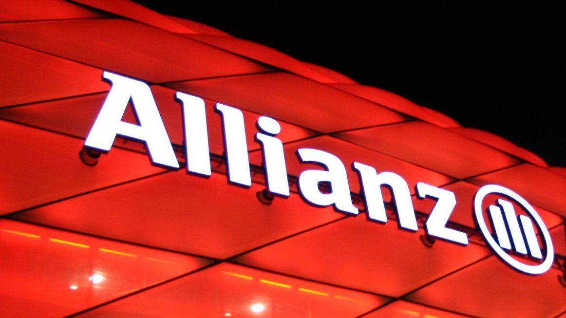 Der Schriftzug Allianz auf dem Fußballstadion des FC Bayern