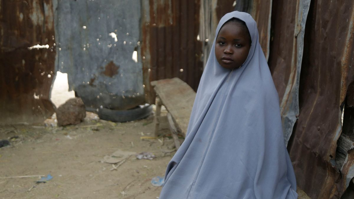 Die Schülerin Amtallahi Lawal, die sich unter ihrem Bett versteckte und entkommen konnte, vor ihrem Haus.