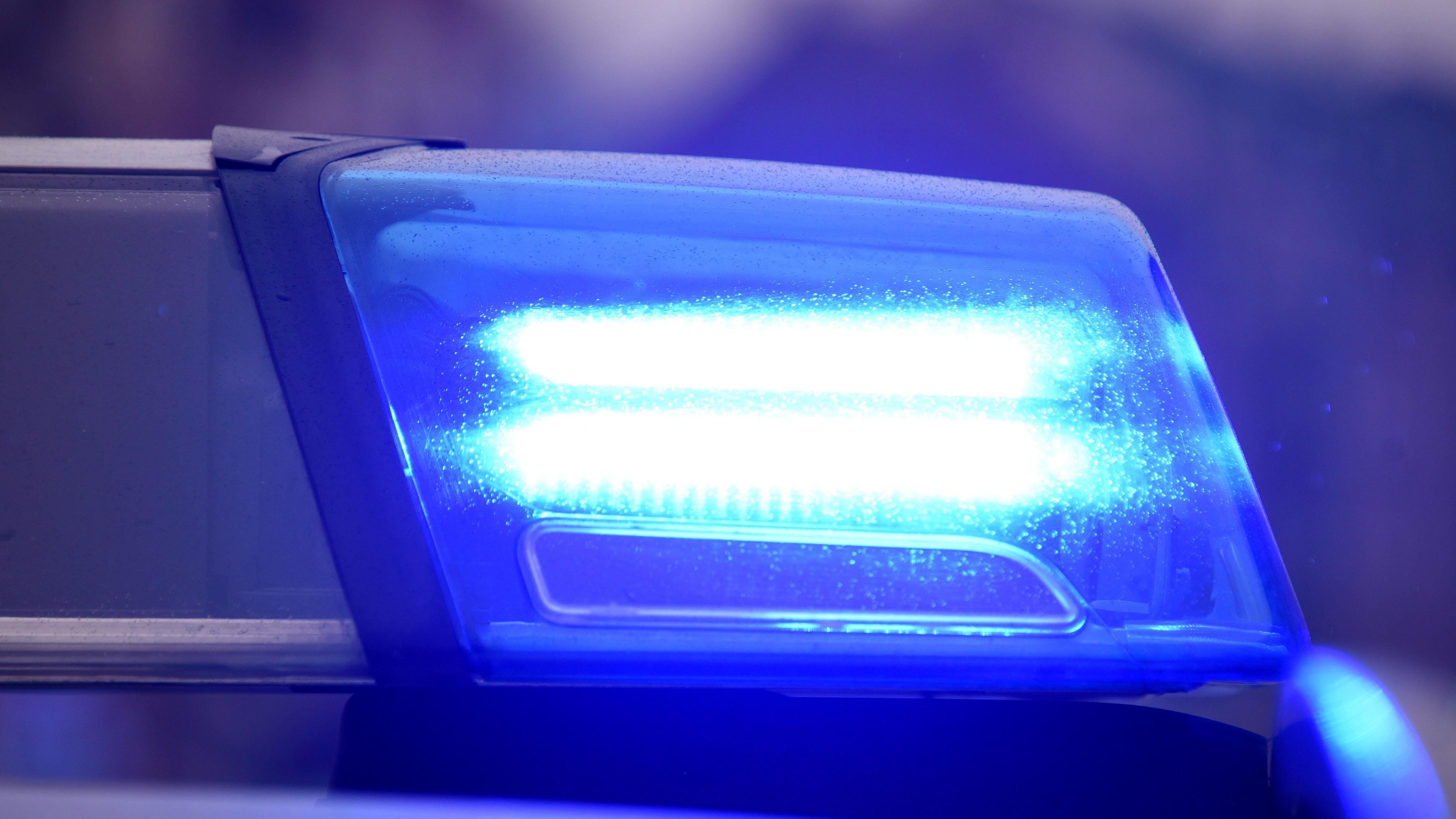 Blaulicht auf Streifenwagen der Polizei - Archivbild
