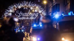 Einsatzkräfte sichern den Eingang zum Straßburger Weihnachtsmarkt   Bild:dpa-Bildfunk