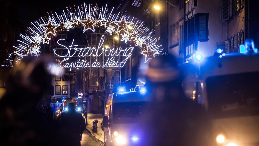 Einsatzkräfte sichern den Eingang zum Straßburger Weihnachtsmarkt | Bild:dpa-Bildfunk