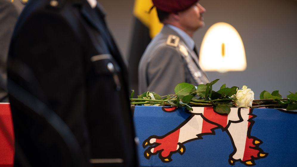 Eine weiße Rose liegt bei einem Trauergottesdienst in der Martinskirche auf dem Sarg mit einer hessischen Flagge für den verstorbenen Kasseler Regierungspräsidenten Walter Lübcke (CDU). | Bild:dpa-Bildfunk/Swen Pförtner