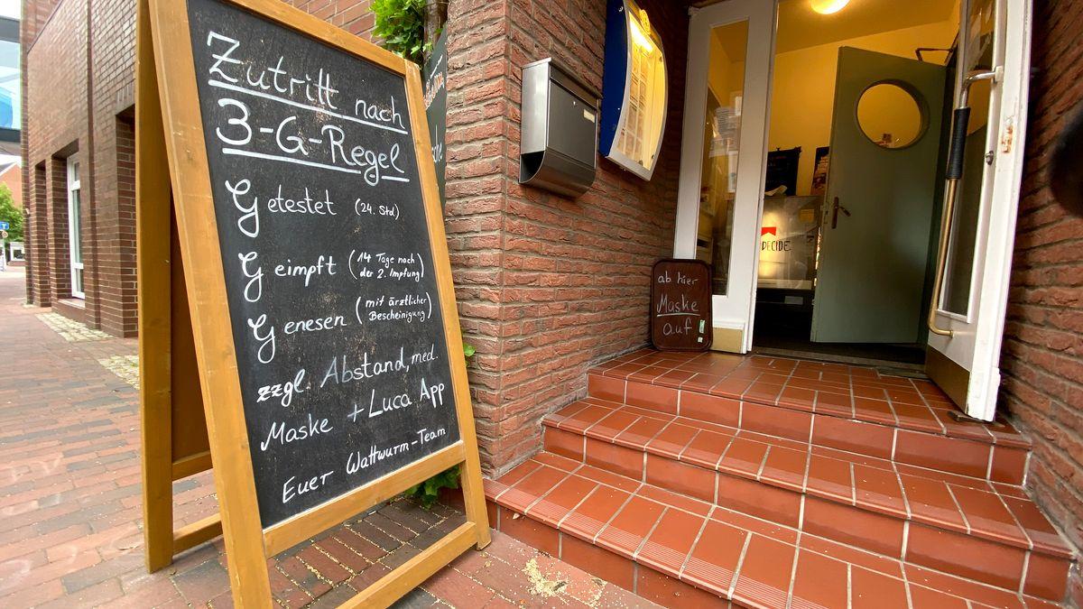 Auf einem Schild vor einem Restaurant ist die sogenannte 3G-Regel (getestet, geimpft, genesen) aufgelistet, aufgenommen am 19.06.21.