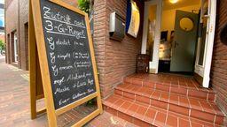 Auf einem Schild vor einem Restaurant ist die sogenannte 3G-Regel (getestet, geimpft, genesen) aufgelistet, aufgenommen am 19.06.21.   Bild:pa/David Inderlied/Kirchner-Media