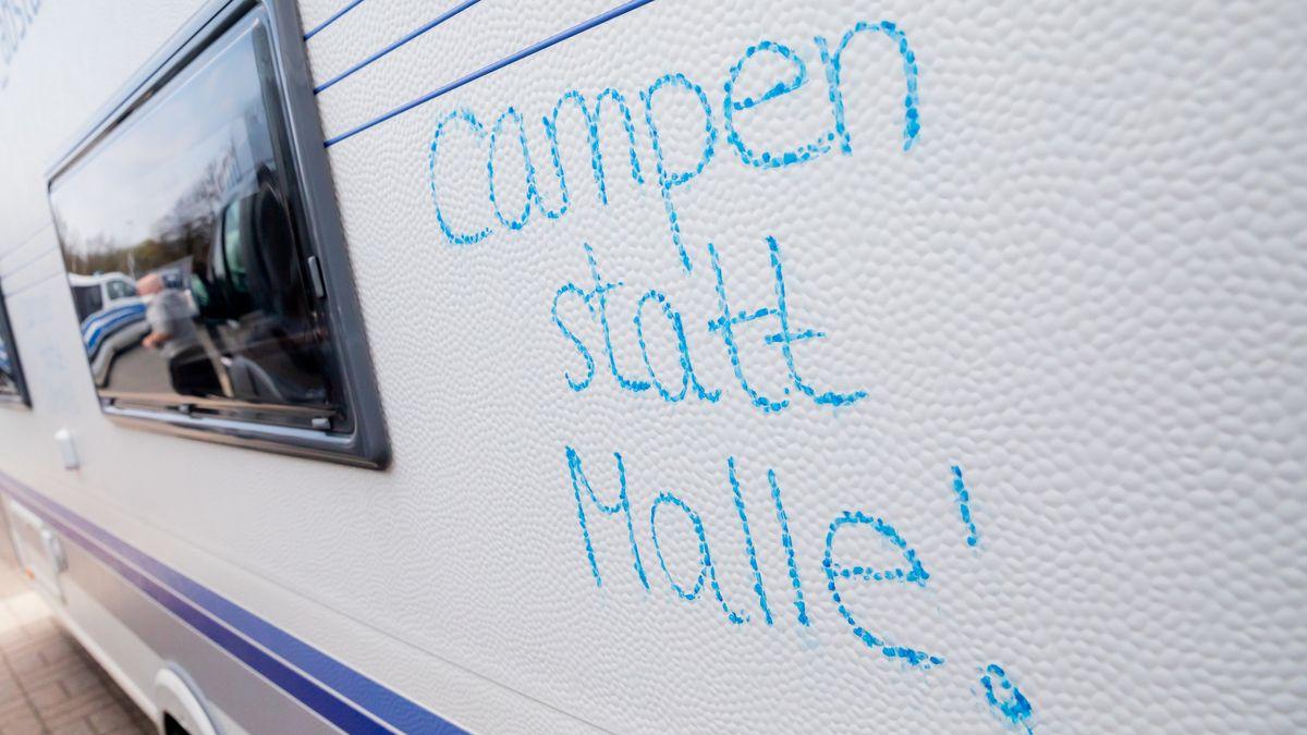 """""""Campen statt Malle"""" steht auf einem Camper."""