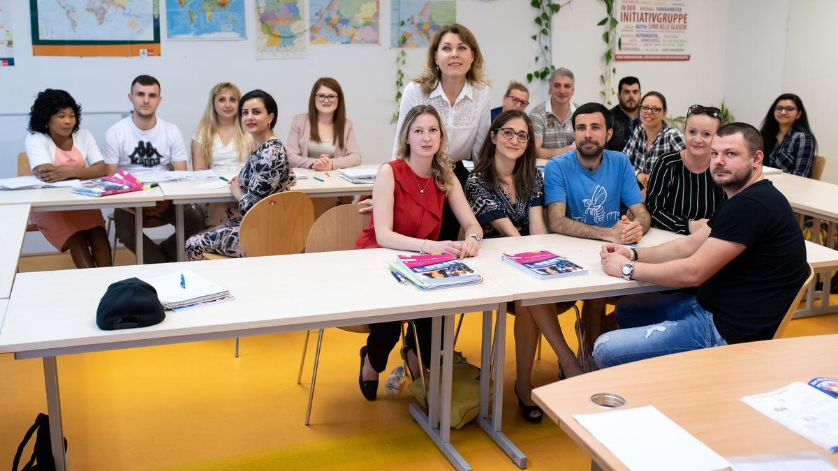 Integrationskurs in München im Juni 2019: Svetlana Rottner (Mitte stehend) unterichtet Zuwanderer.