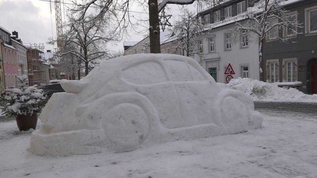 In vollem Glanz: der VW-Käfer aus Schnee