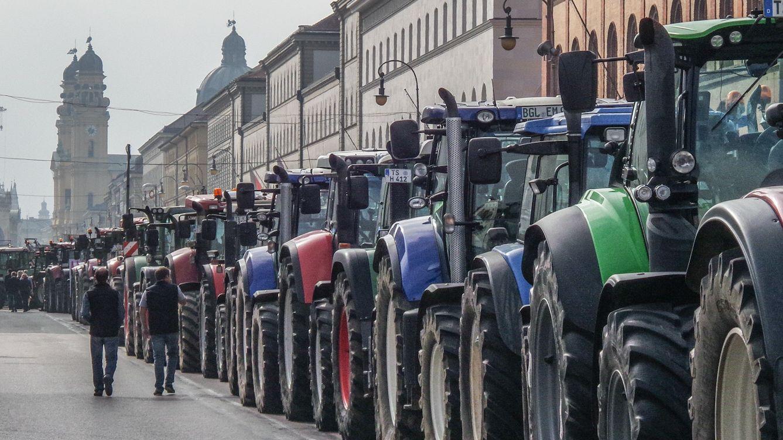 Tausende Bauern protestieren gegen die Politik der Regierung.