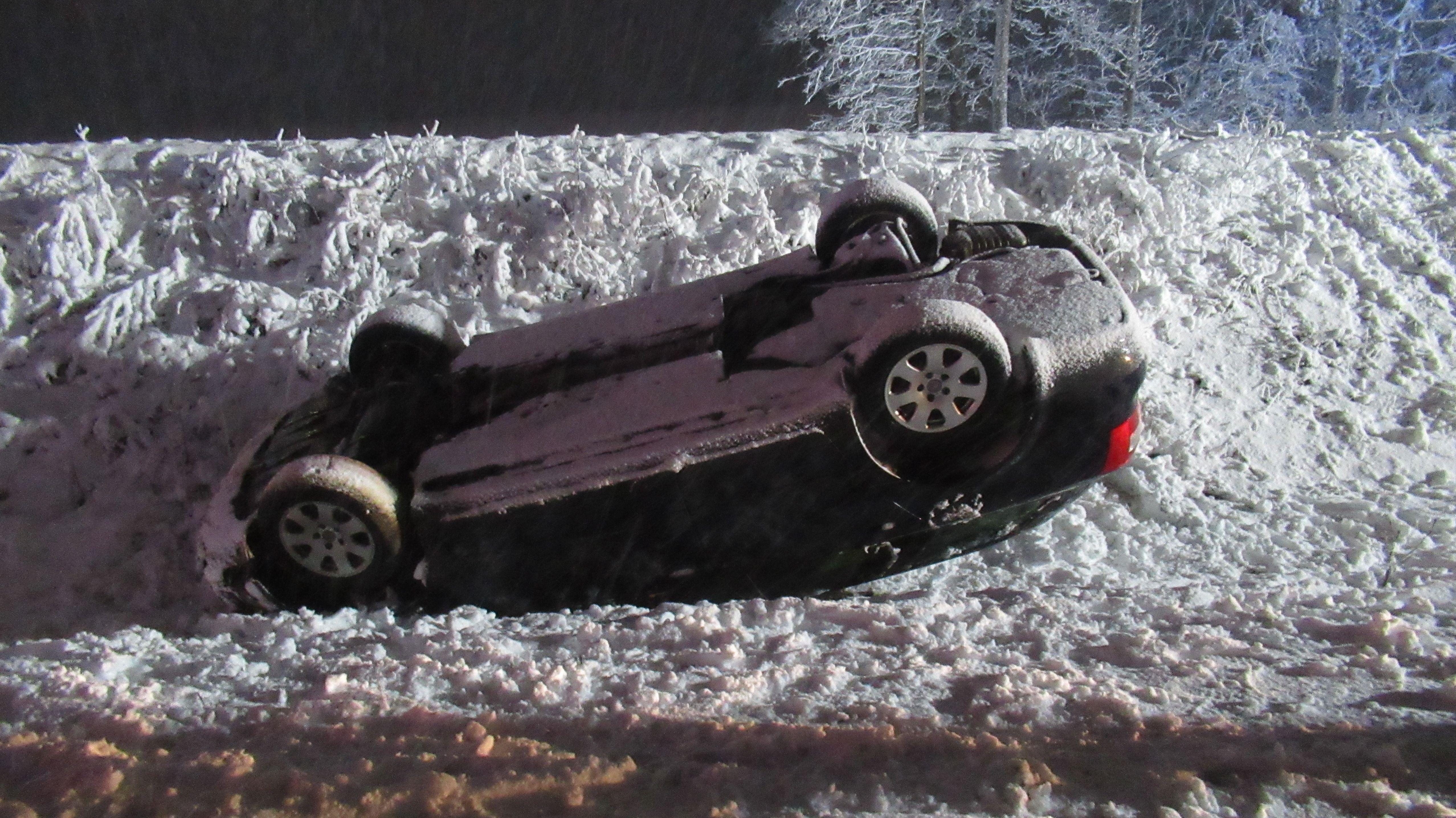 Ein 18-Jähriger kam bei Schwandorf wegen nicht angepasster Geschwindigkeit von der Fahrbahn ab und landete auf dem Dach.