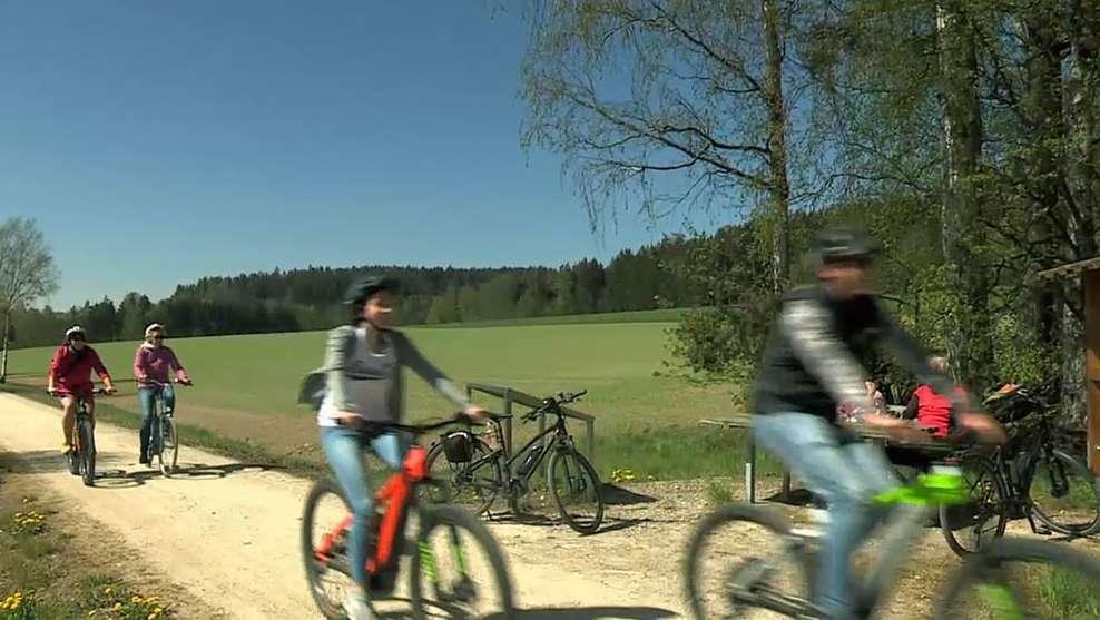 Menschen machen eine Radtour im Fichtelgebirge.